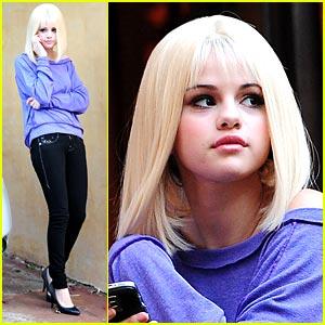 http://www.sevelina.com/celebs/selena-gomez-celebs/selena-gomez-dons-blonde-wig/